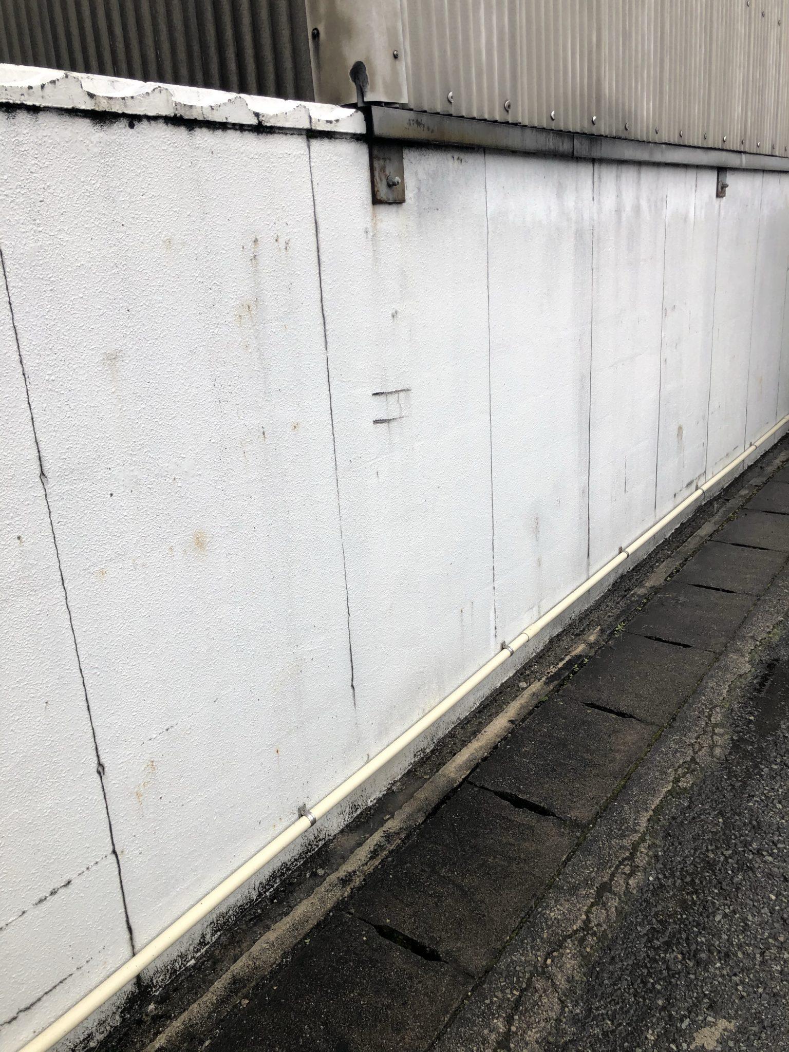 今日から満栄工業株式会社様の塀の塗装を開始します。
